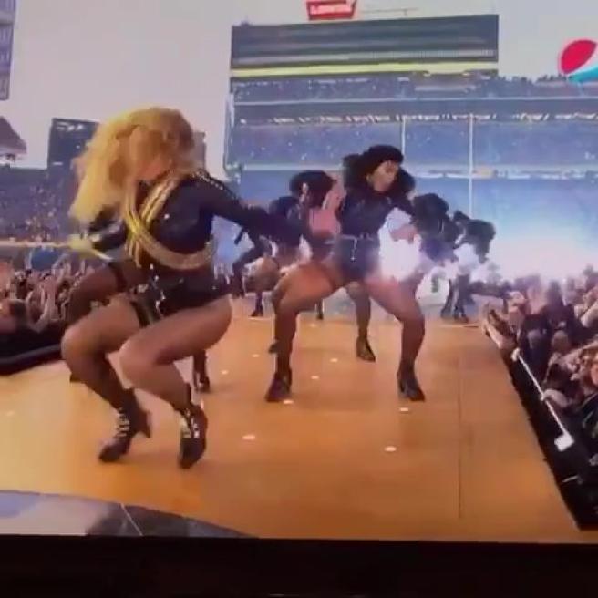 Super Bowl, attimo di suspense per Beyoncé: mezzo scivolone sui tacchi