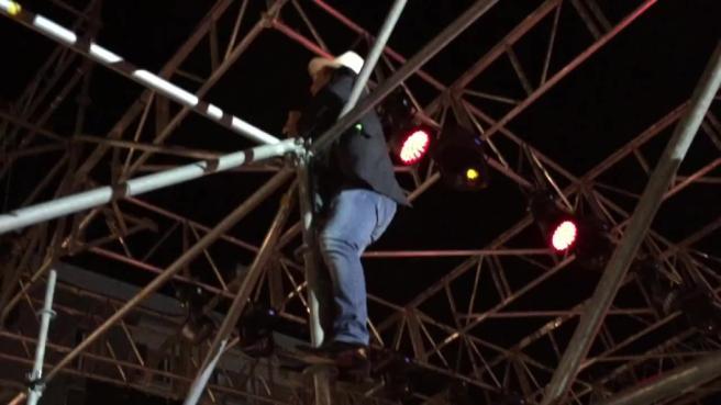 Al Bano come Robbie Williams: a Monopoli canta appeso ai tralicci del palco