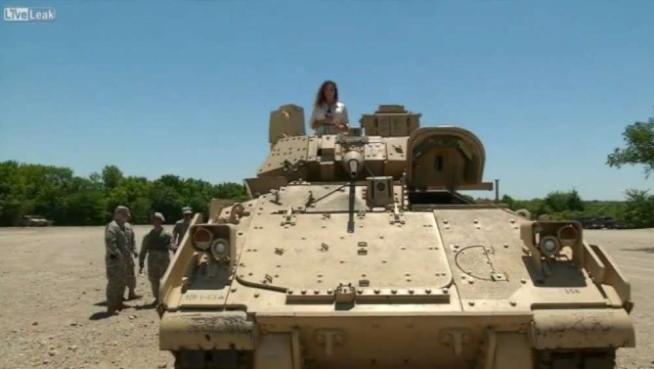 Servizio su esercitazione militare: reporter sotto il fuoco... di uno stormo di cicale