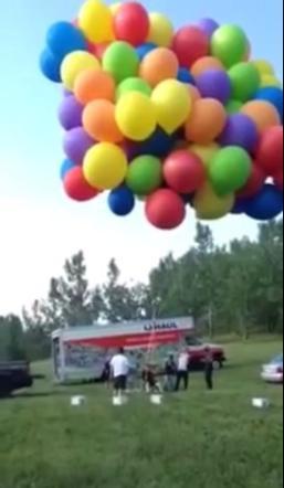 In volo con 150 palloncini sopra Calgary: all'atterraggio la polizia arresta un 26enne