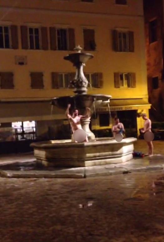 Rovereto rugbisti inglesi fanno il bagno nudi nella fontana foto tgcom24 - Donne che fanno il bagno ...