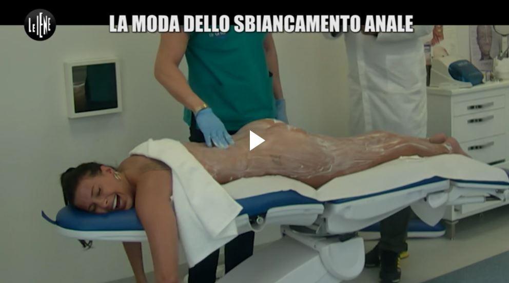Le Iene spogliano Giulia Calcaterra: nudo integrale durante uno scherzo