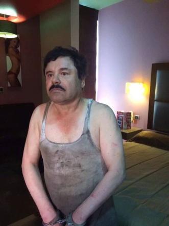 Alessandra Ambrosio nella stanza di El Chapo: in hotel il poster della supertop