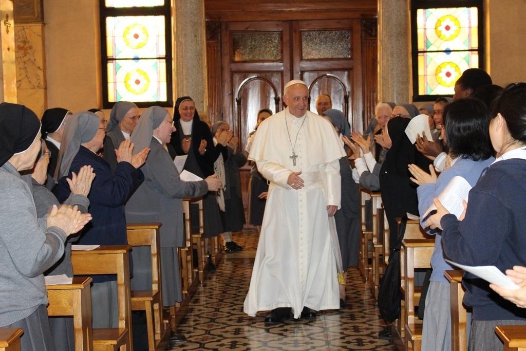 Suore aspettano prete per preghiera, a sorpresa arriva Papa Francesco