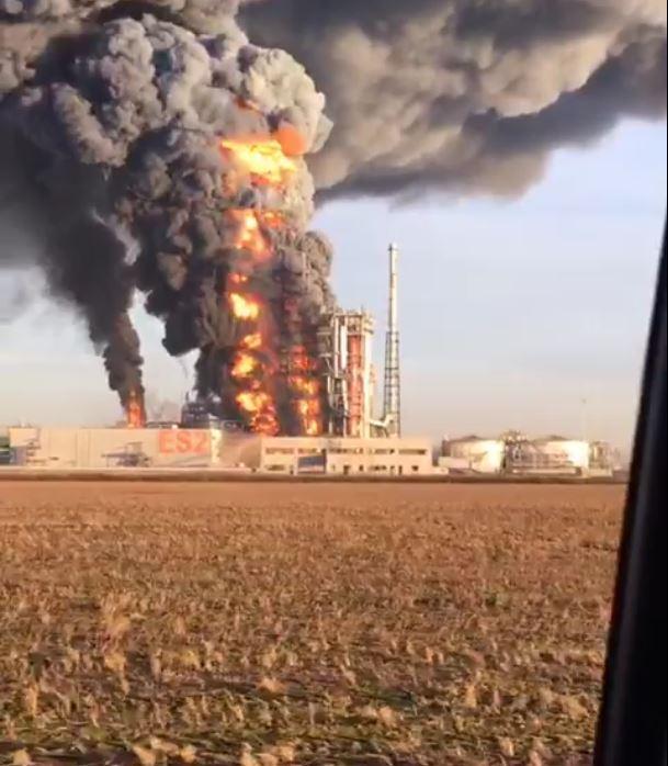 Incendio in una raffineria Eni nel pavese: non ci sarebbero vittime