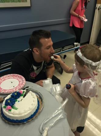 Usa, piccola malata di cancro realizzail suo sogno: sposare l'infermiere-eroe