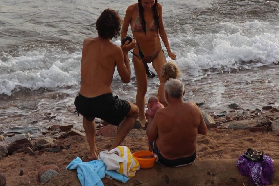 Una turista russa ha partorito nel Mar Rosso: ecco le incredibili foto