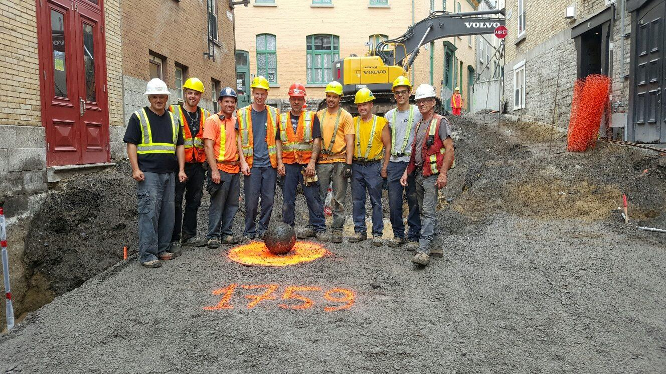Canada, operai si fotografano con una bomba (ancora attiva)
