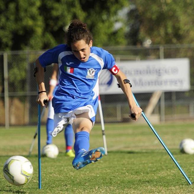"""Calcio, 17enne disabile con le stampelle in squadra di normodotati: """"Mai arrendersi"""""""