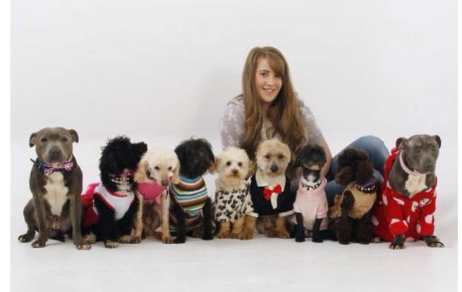 Dogs addicted: inglese spende fortune in vestiti, scarpe e gioielli per i suoi nove cani