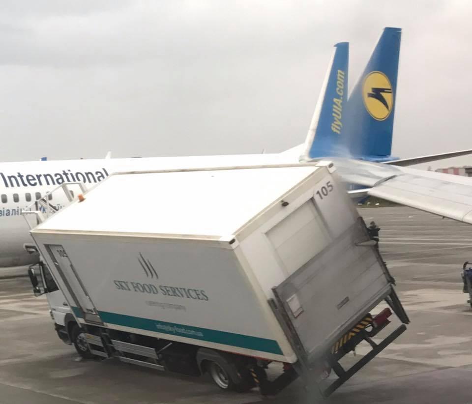 Aeroporto Kiev : Kiev aereo in fase di decollo investe con la sua ala un furgone