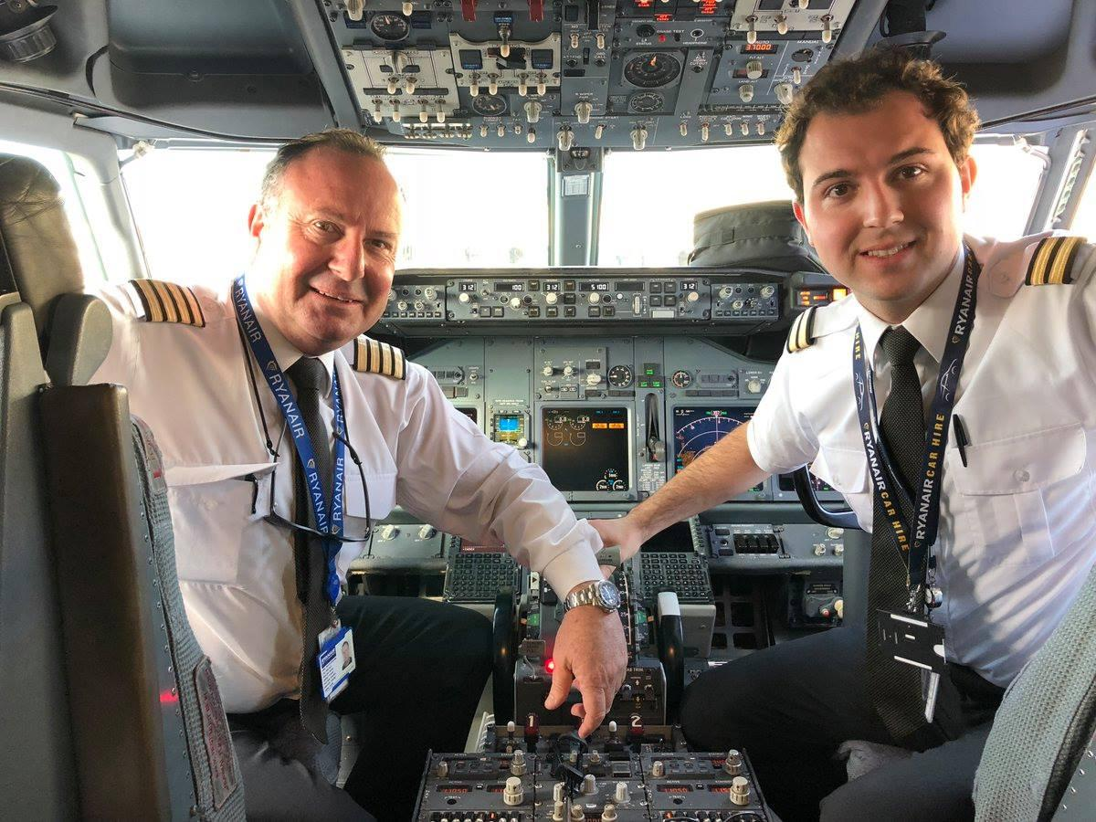Sul volo da Malta per la prima volta alla cloche ci sono insieme padre e figlio