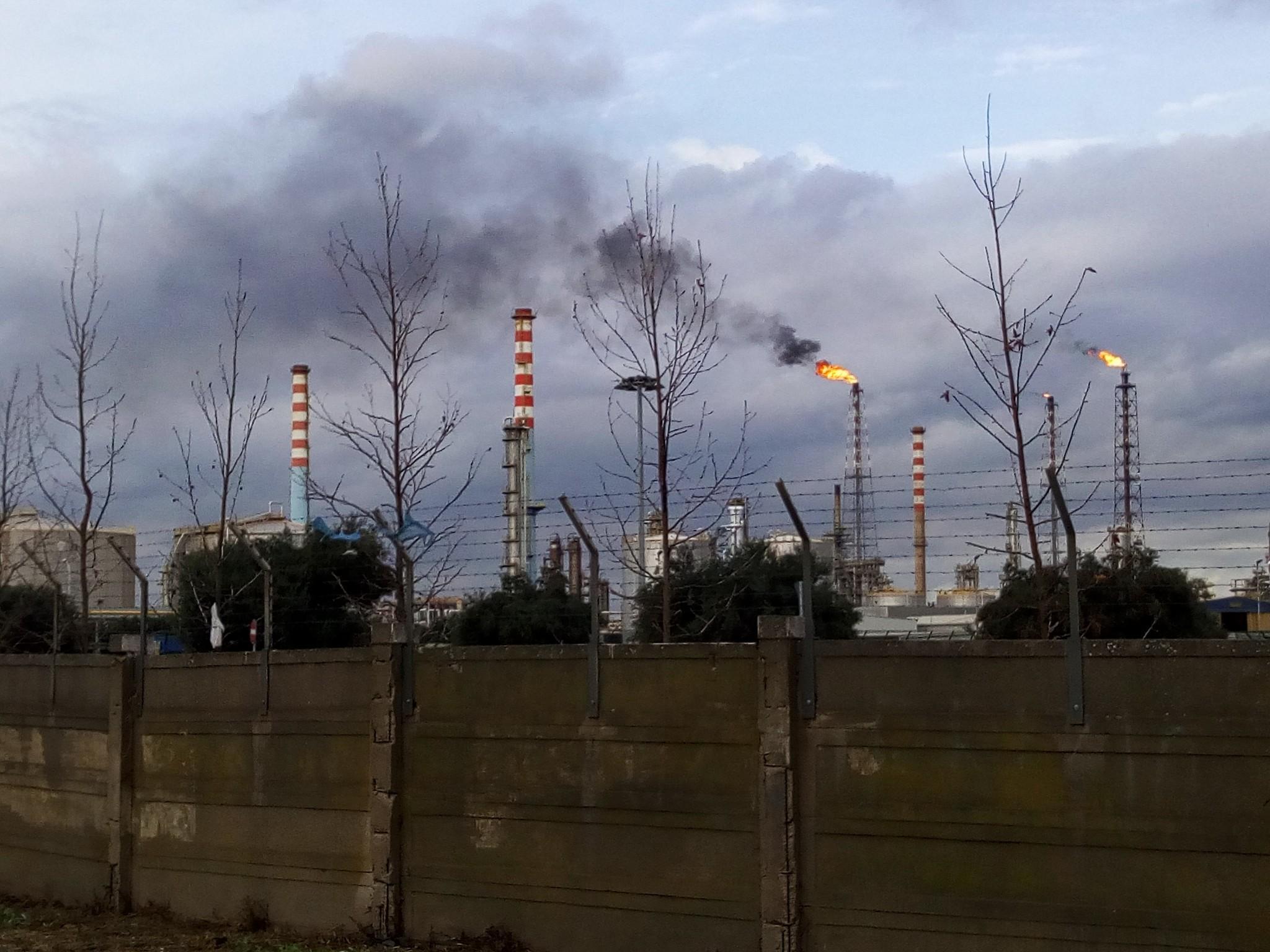 Taranto, fiamme e fumo dalle torce dello stabilimento Eni