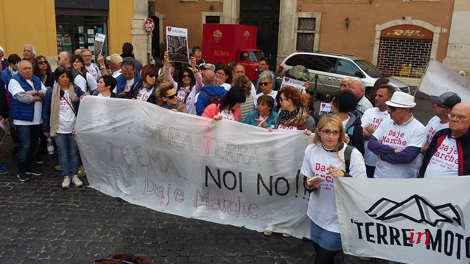 Terremoto, proteste fuori Montecitorio e Salaria bloccata: Vogliamo tavolo col governo