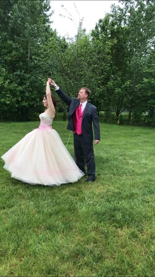 Un papà accompagna al ballo della scuola la fidanzata di suo figlio scomparso in un incidente
