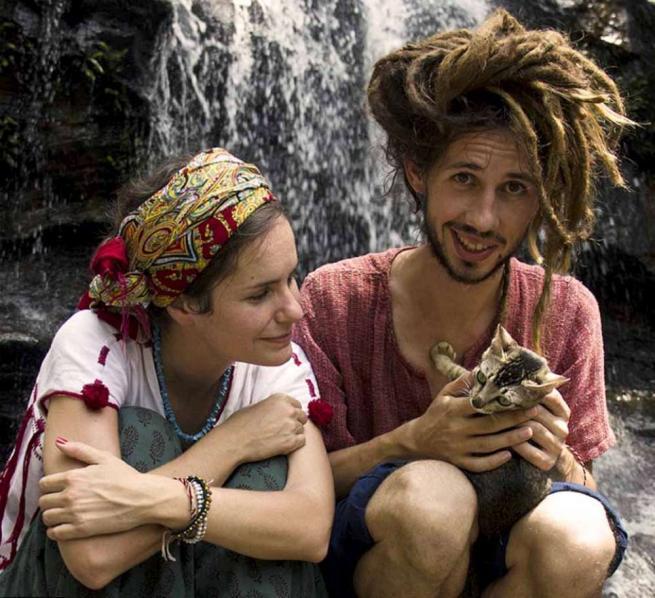 India, coppia in viaggio a piedi insieme ai gatti