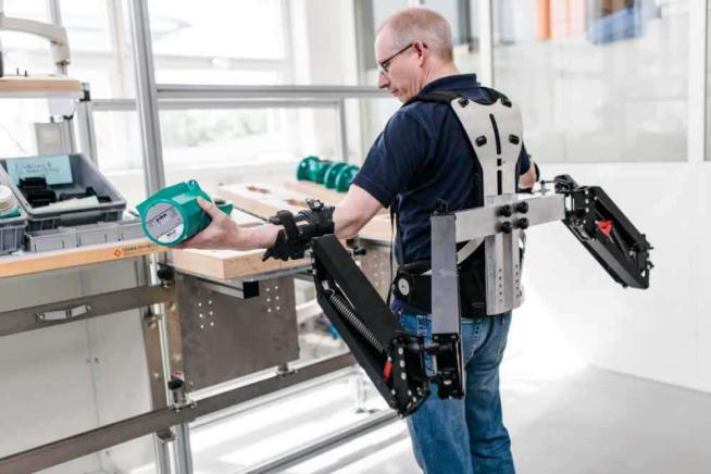 L'operaio del futuro? Mezzo umano e mezzo robot con un esoscheletro hitech
