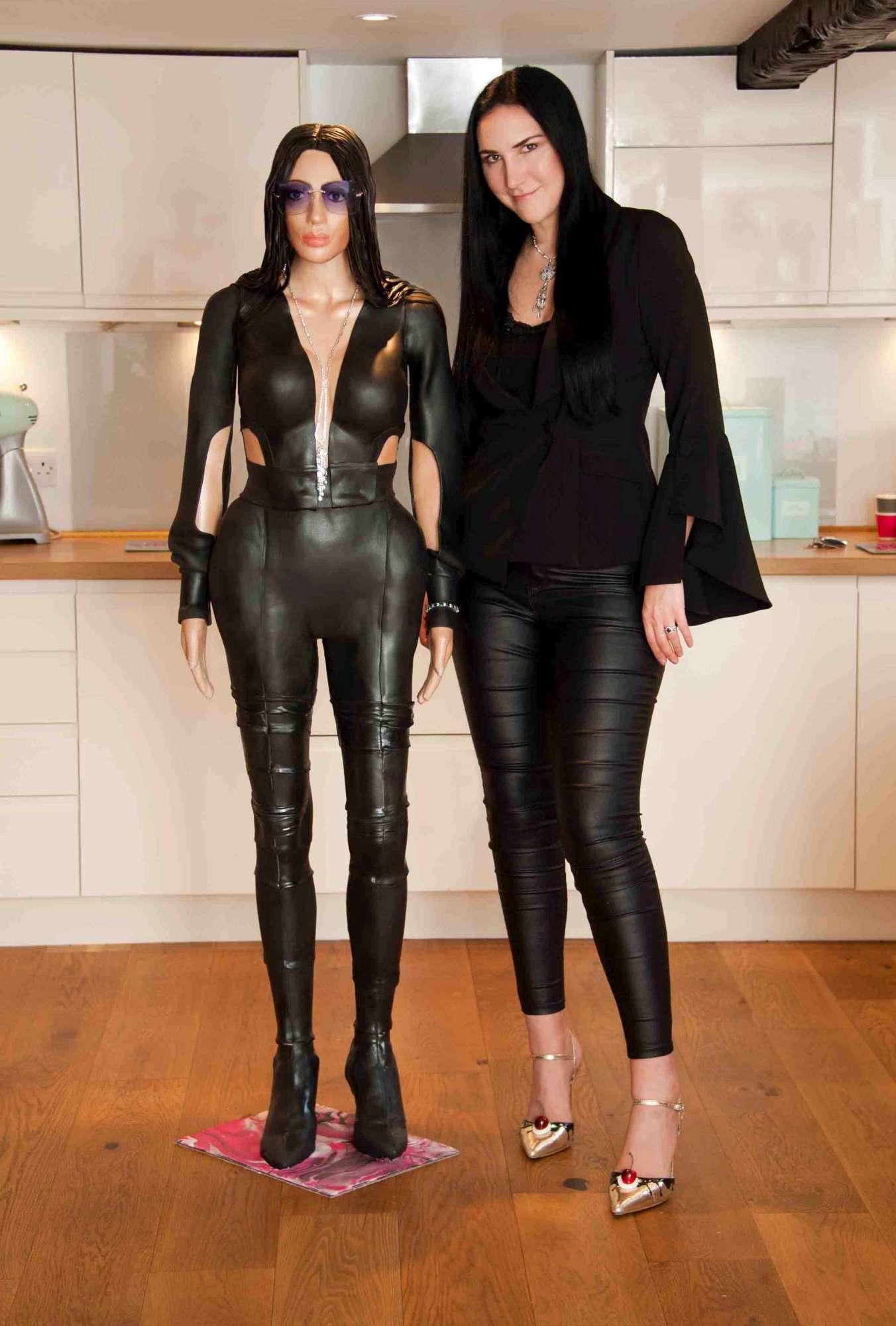 Kim Kardashian, torta ad altezza naturale e gioiello da oltre un milione di euro