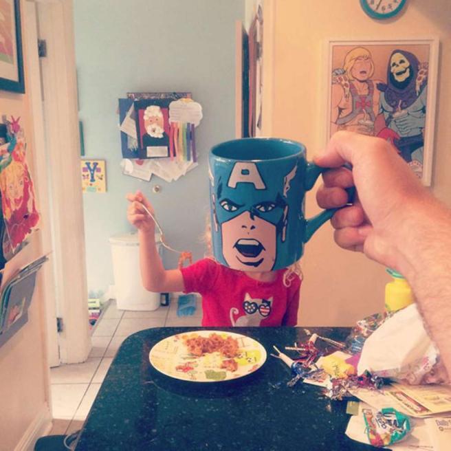 Padre trasforma i figli in supereroi con una tazza da latte in faccia