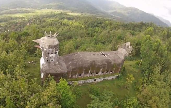 Nella giungla dell'Indonesia sorge un'enorme chiesa a forma di pollo