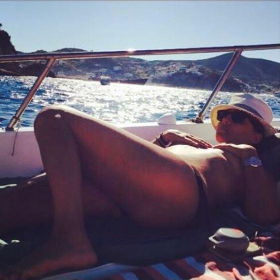 Camila Raznovich, topless in barca