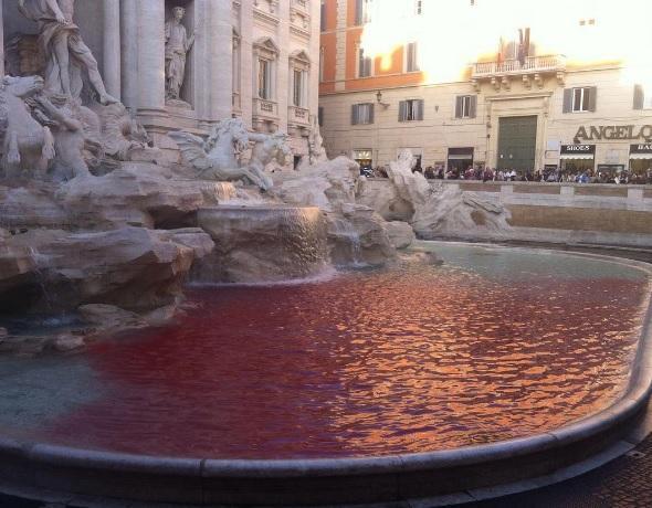 Cecchini ripete l'opera di colorare di rosso la Fontana di Trevi