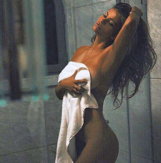 Natalia Mesa si concede nuda ai fan in delirio