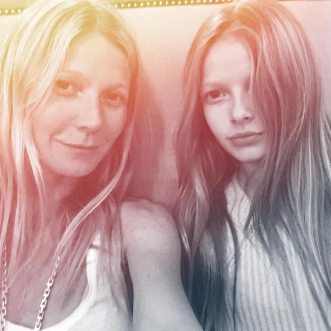 Gwyneth Paltrow, selfie con la figlia Apple: la somiglianza è impressionante