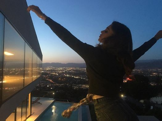 Belen a Los Angeles, le foto osé conquistano il web