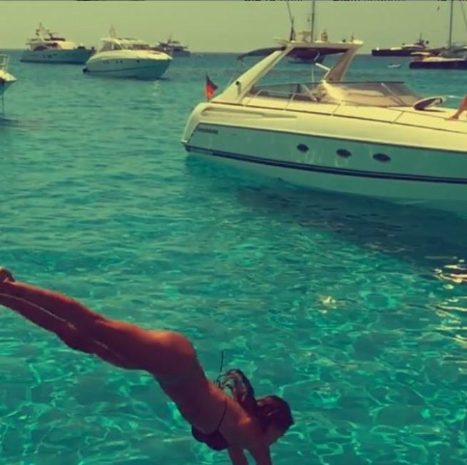Belen, avventura con le amiche a Ibiza e diventa sempre più regina della Rete