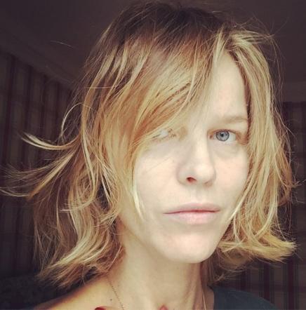 Eva Herzigova, selfie di prima mattina senza trucco... e ritocchino