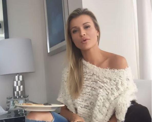 Joanna krupa lato b allo specchio foto tgcom24 - Ragazze nude allo specchio ...