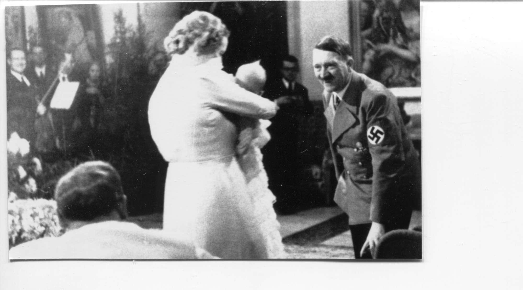 Quando Adolf Hitler fu padrino di battesimo