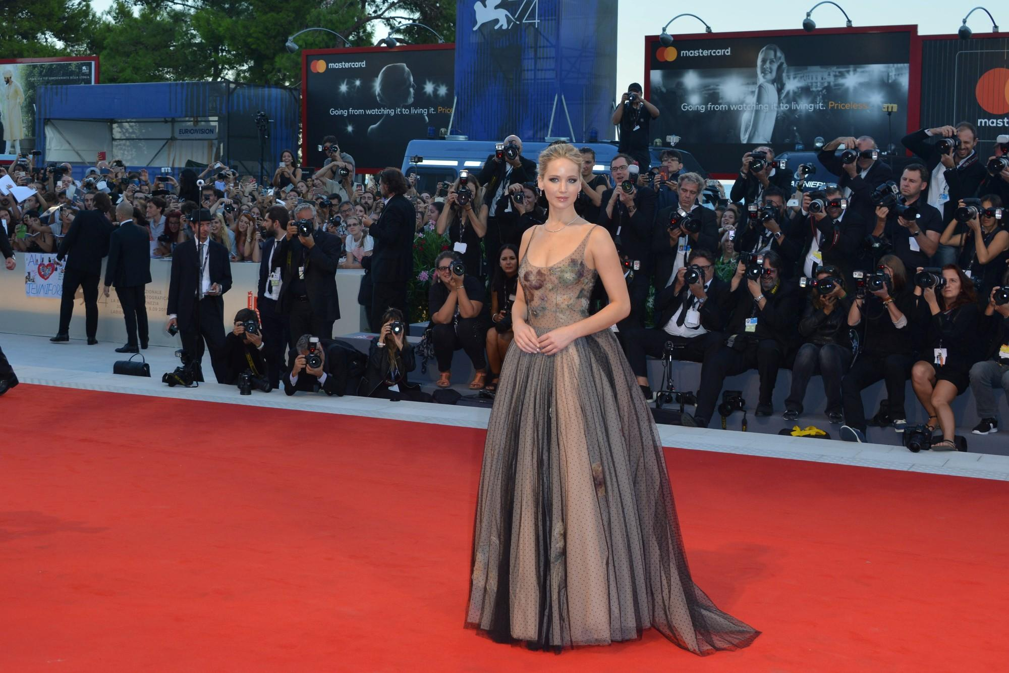 Venezia 74: Jennifer Lawrence incanta sul red carpet di  Mother!