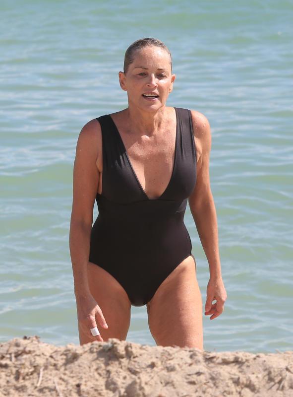 Sharon Stone al mare, costume intero castigato per l attrice