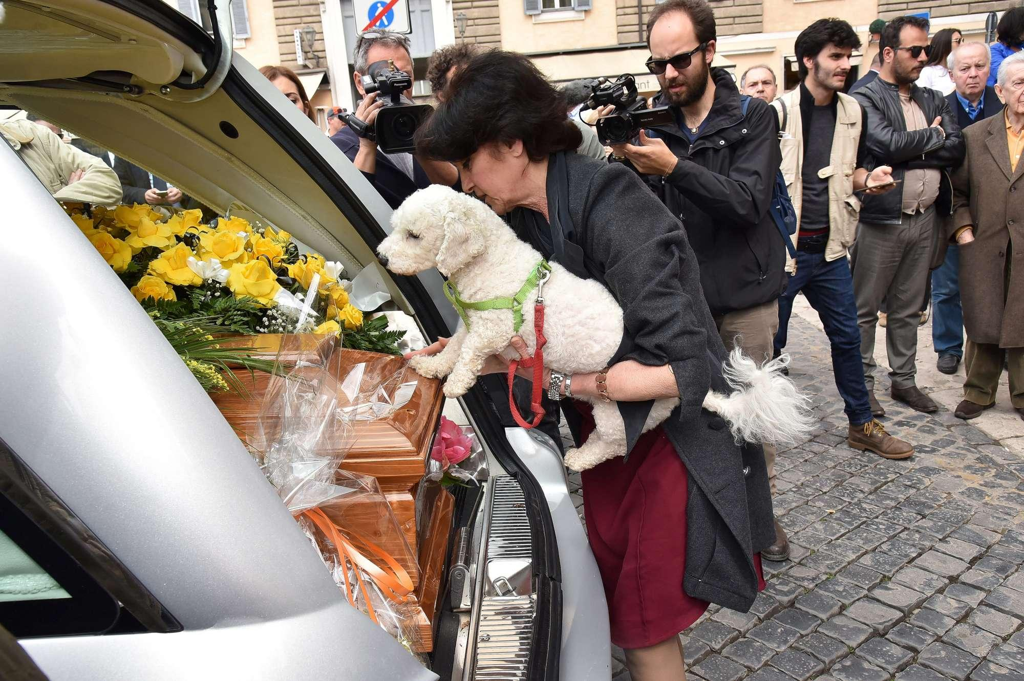 Isabella Biagini, ai funerali anche l'ultimo tenero saluto del cagnolino Freud