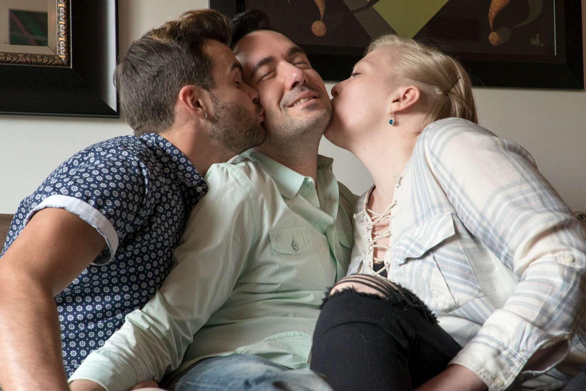 Usa, coppia gay si fidanza con una ragazza