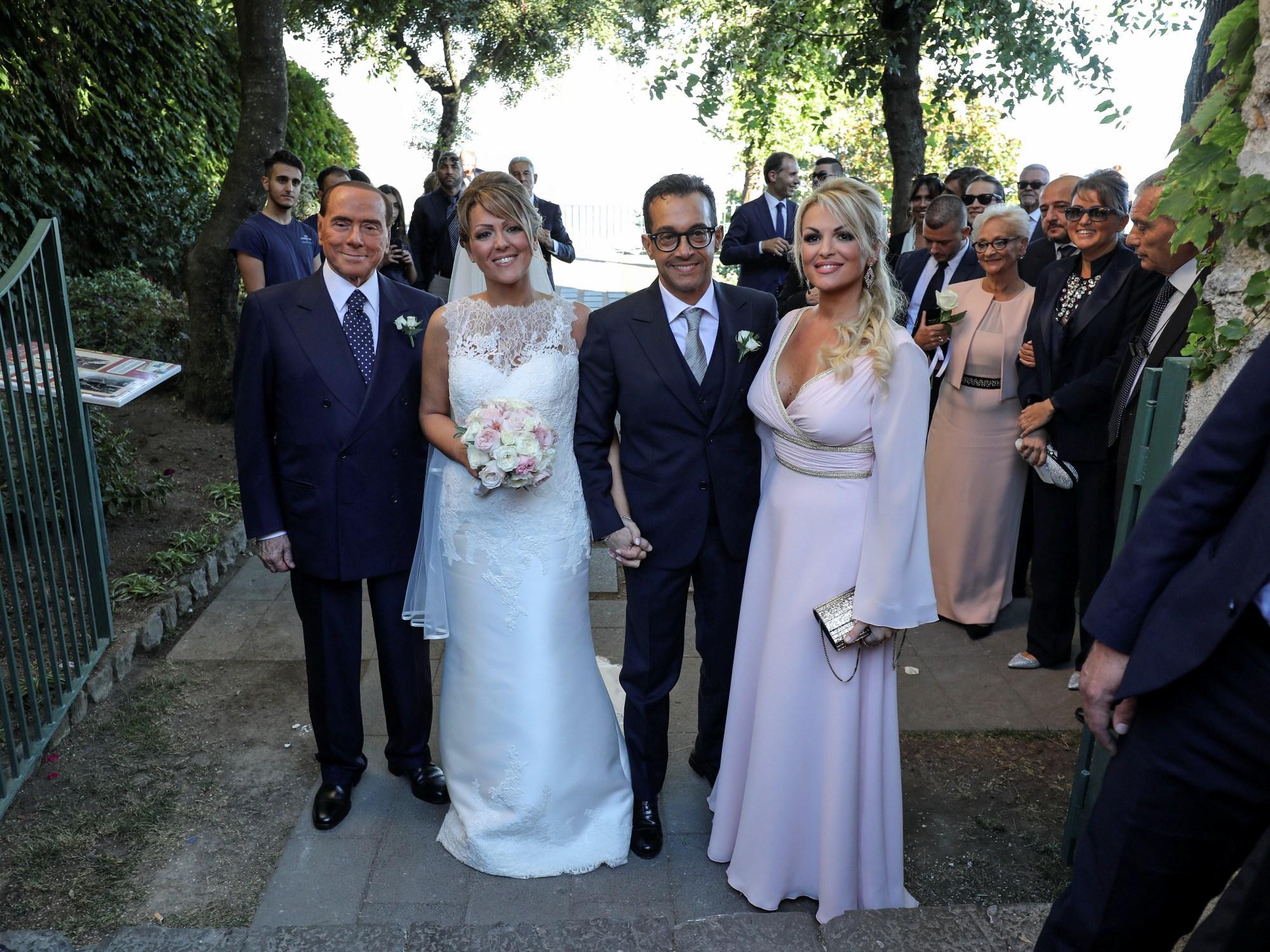 Popolare Silvio Berlusconi testimone di nozze per la sorella di Francesca  RL49