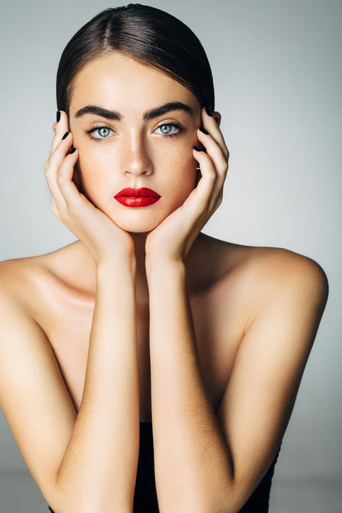 Microblading, la nuova tendenza beauty per sopracciglia glamour