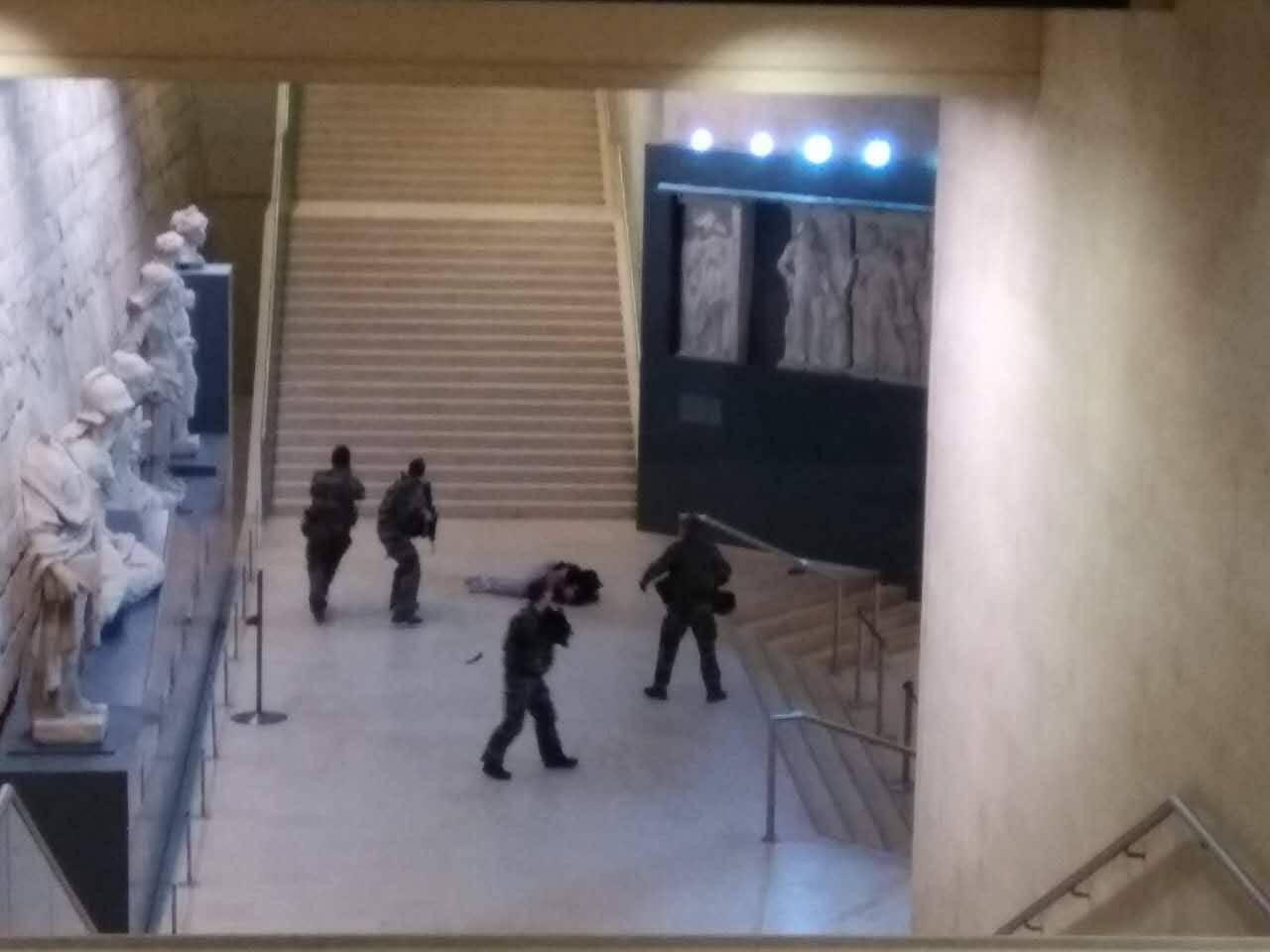 Parigi, paura al Louvre: militare spara ad uomo armato di machete