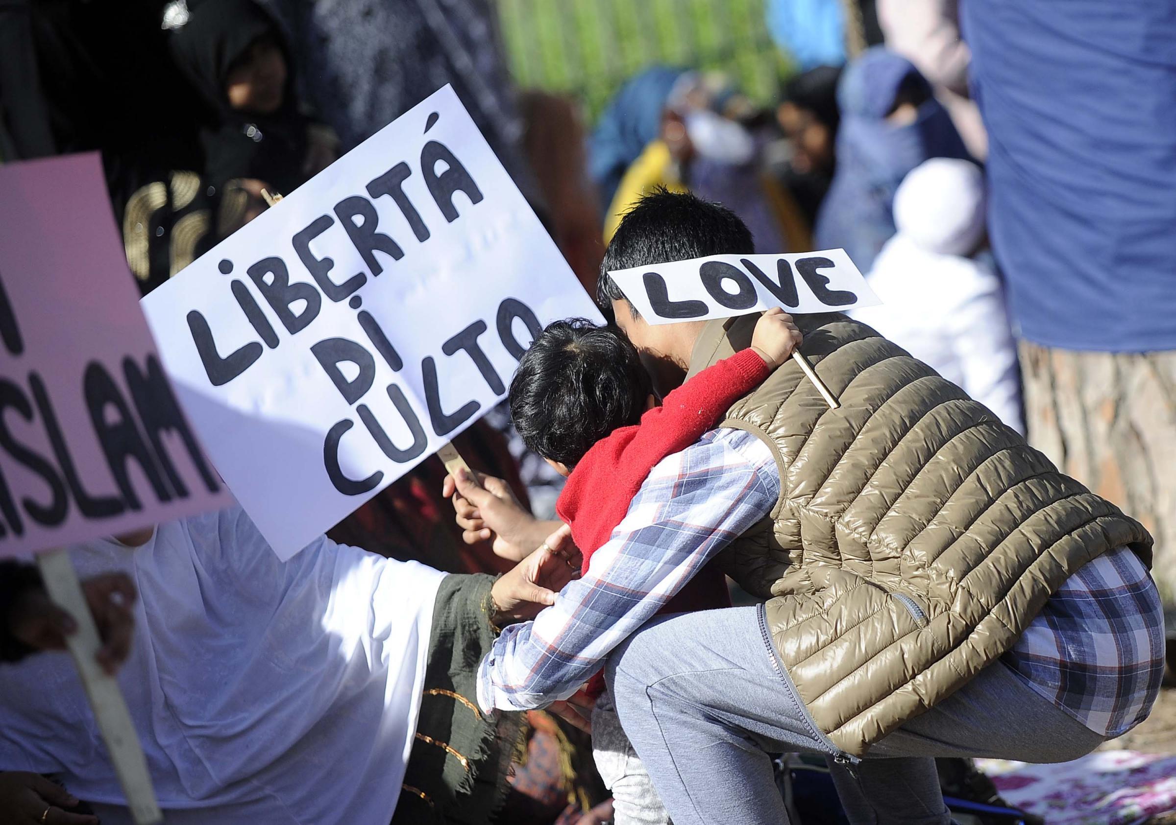 Roma, protesta musulmani a Colosseo: basta criminalizzare moschee
