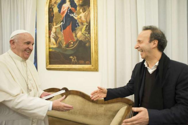 """Benigni: """"Il Papa è l'uomo più grande del mondo, può vendere la misericordia a etti"""""""