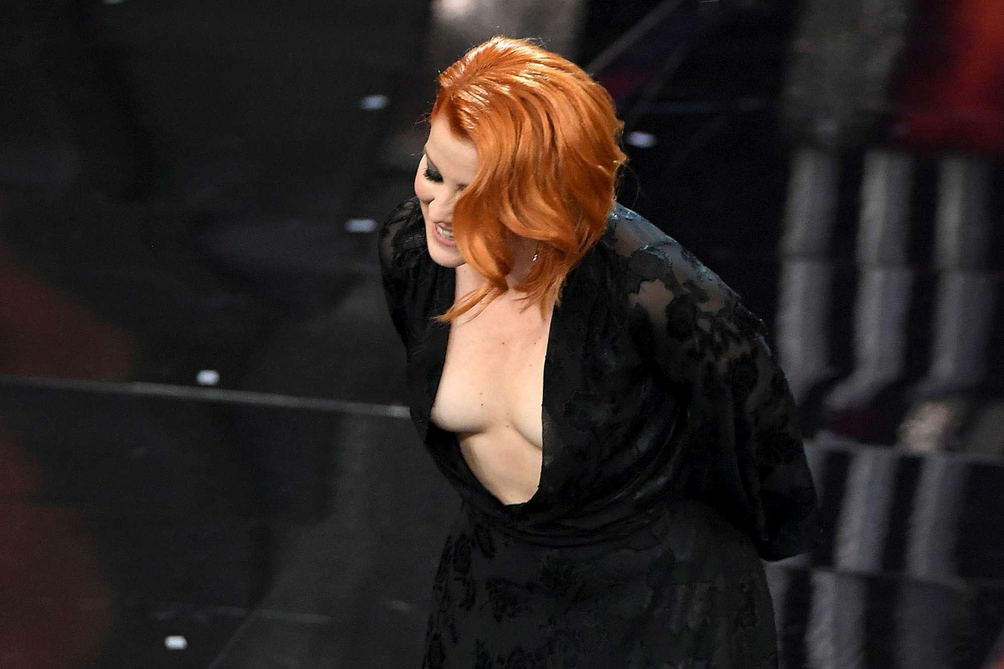 La scollatura  tradisce  Noemi: imprevisto hot sul palco dell Ariston