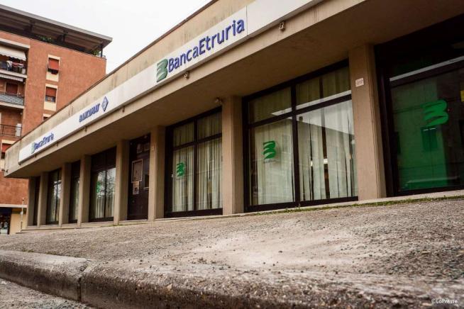 Perugia, bomba rudimentale a una filiale di Banca Etruria: disinnescata