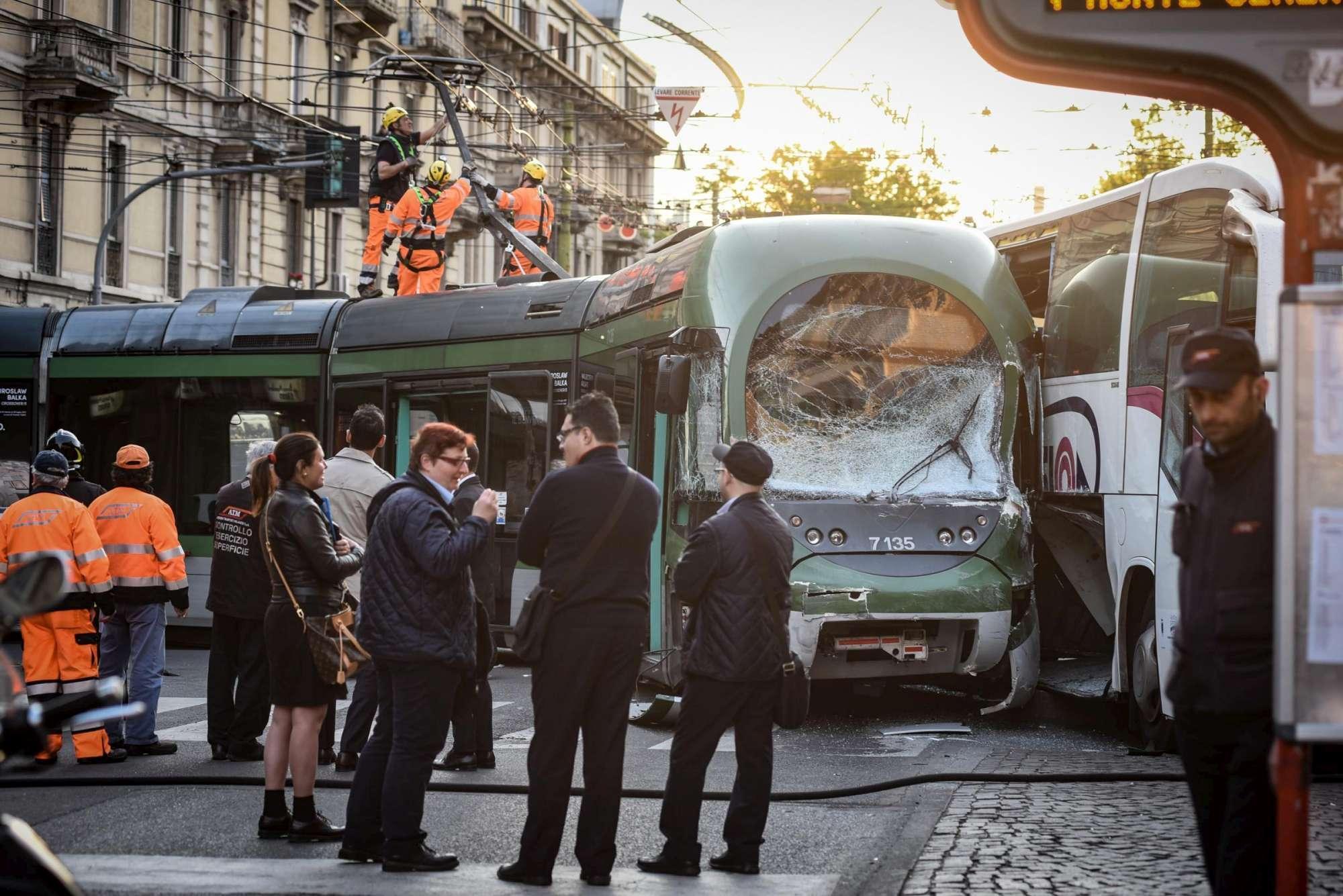 Milano, autobus  brucia  semaforo e sperona tram