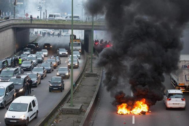 Sciopero dei taxi paralizza Parigi, guerriglia con lancio di pietre e incendi: 20 fermi