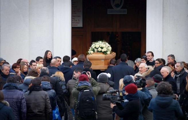 Brescia, folla ai funerali di Giovanna Lazzari e della figlia che portava in grembo