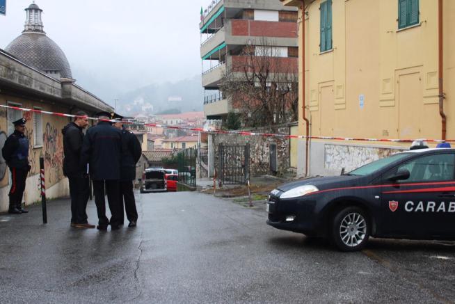 Carrara, carabiniere ucciso a colpi di arma da fuoco sul pianerottolo di casa