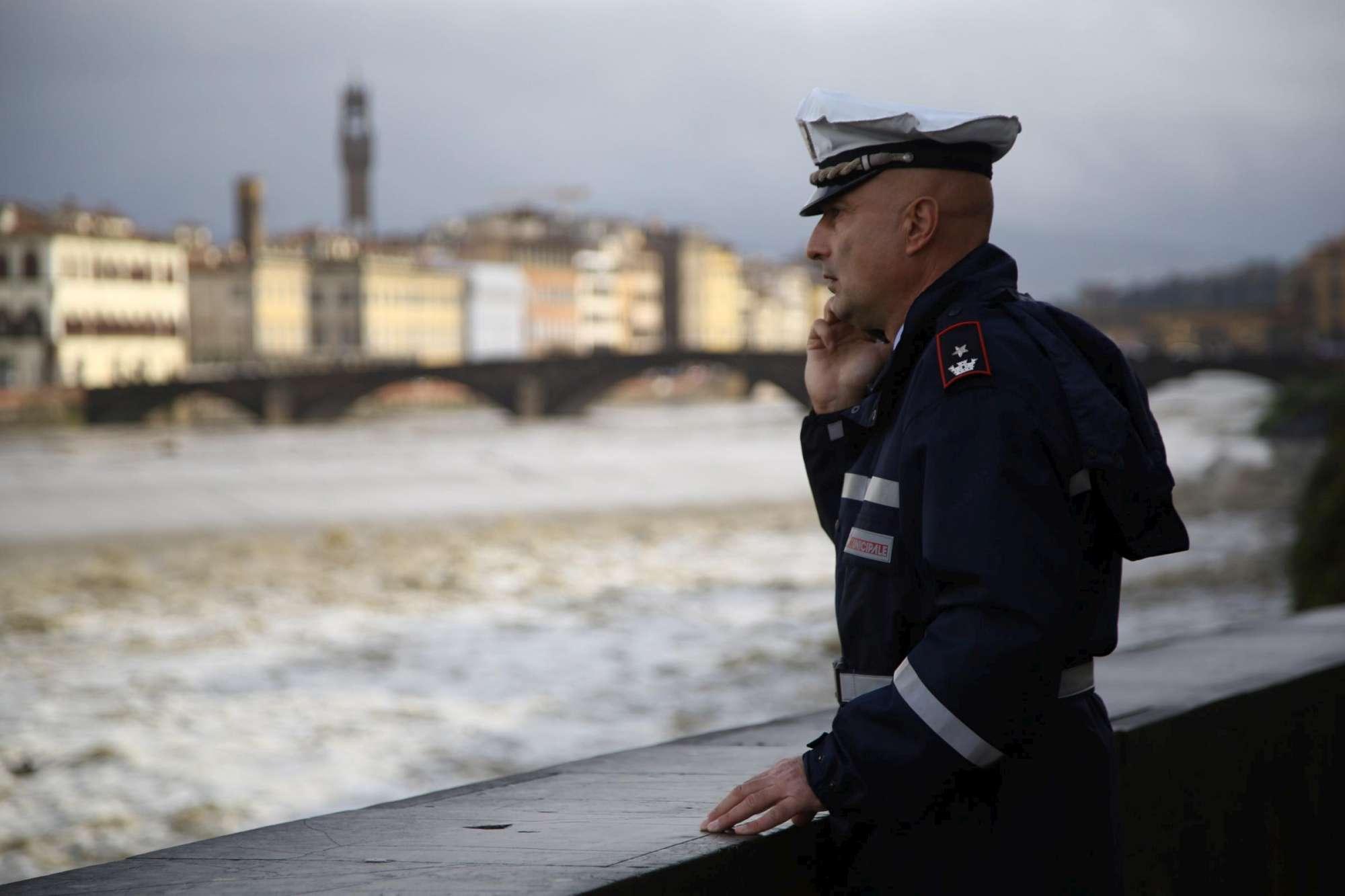 Maltempo, piena dell'Arno a Firenze