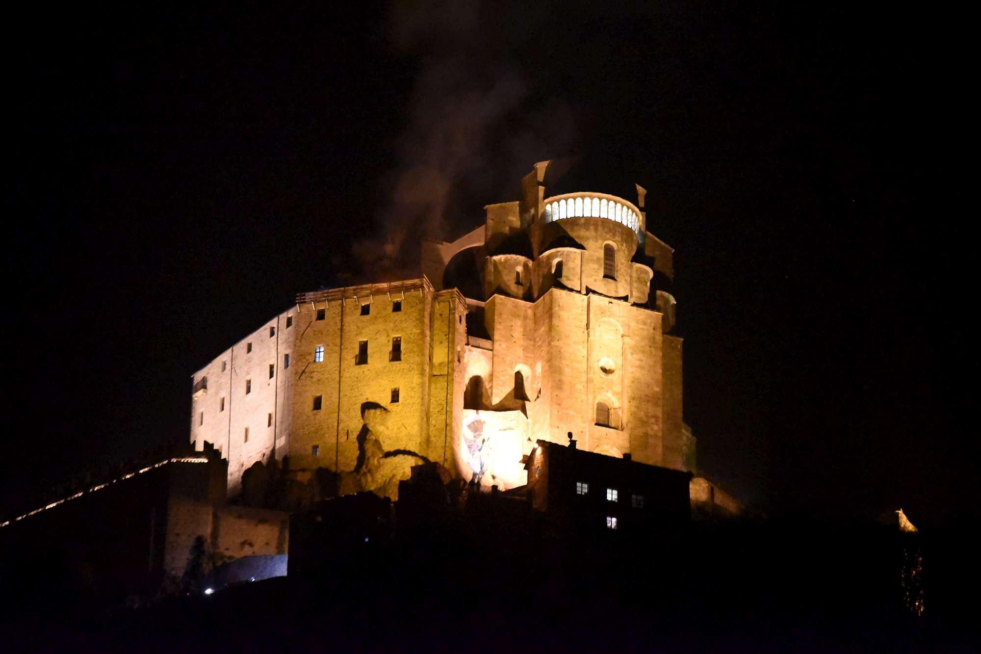 Torino, fiamme alla Sacra di San Michele: brucia tetto convento ...